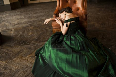 年轻女子在绿色晚礼服
