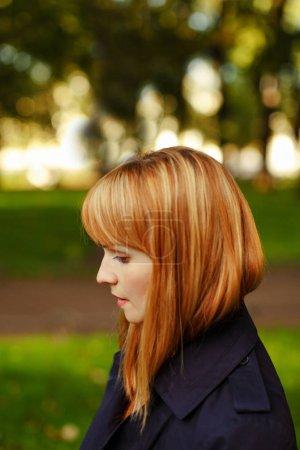 红发的女孩,在剖面上晴朗的一天