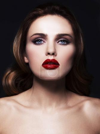 年轻漂亮的模特和她的红唇