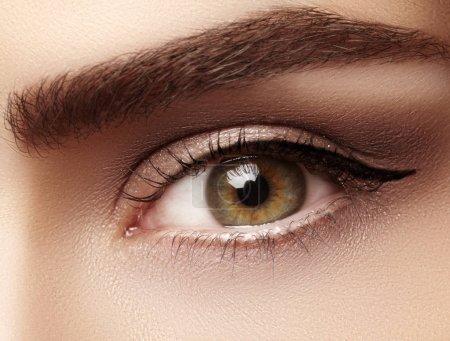 特写宏的美丽女性的眼睛,完美的造型的眉毛。清洁皮肤,时尚自然化妆。良好的视力_高清图片_邑石网
