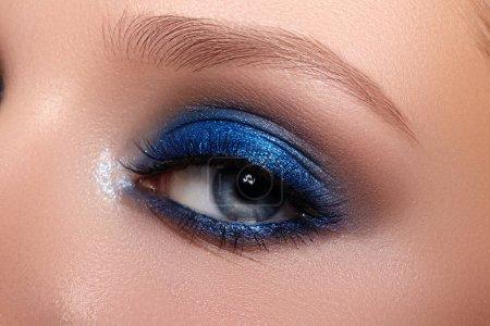 """""""蓝眼睛化妆""""女性脸的特写宏。时尚庆祝化妆,发光干净的皮肤,完美的眉毛形状_高清图片_邑石网"""
