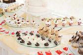 蛋糕在接待特寫鏡頭的美味、 可口的甜點表