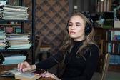 一个大学生的肖像, 用耳机学习和欣赏图书馆的听音乐