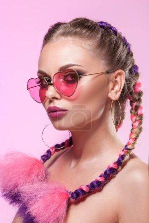 美丽的画像,一个年轻的姑娘。布雷迪和玫瑰色的眼镜