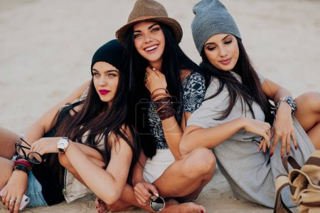 时尚女性在海滩上
