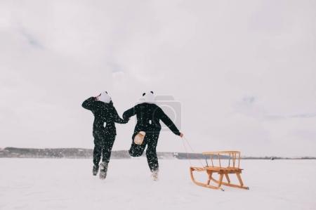 年轻的夫妇在熊猫套装 _高清图片_邑石网
