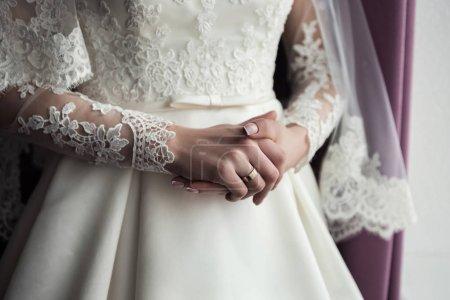 新娘,新娘穿一件衣服,一件漂亮衣服的早晨