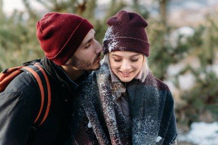 年轻的时髦夫妇在冬季公园中拥抱彼此._高清图片_邑石网