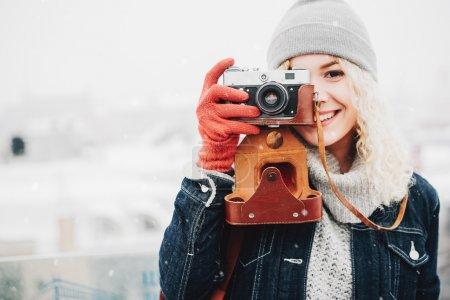 与复古胶片相机微笑卷曲的金发女孩_高清图片_邑石网