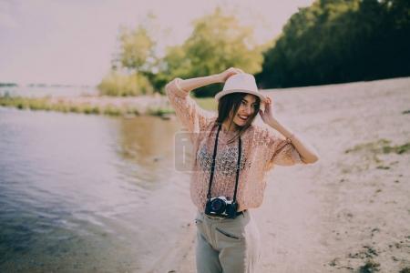 女摄影师在海滩上_高清图片_邑石网