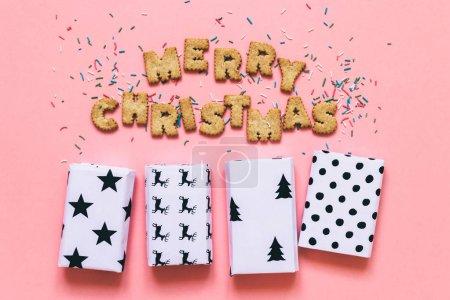 饼干放在单词圣诞快乐