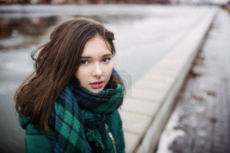 绿领巾的美丽女孩