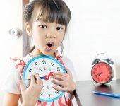 一次学校举行玩具时钟的小亚洲女孩