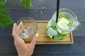 玻璃酒瓶和玻璃面杯在手 s 举行