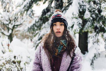 森林中的年轻妇女_高清图片_邑石网