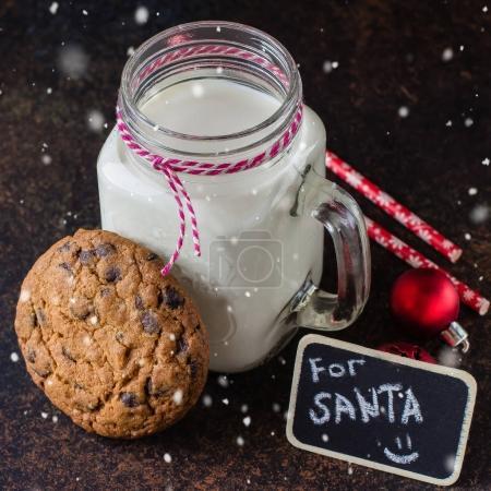 与一杯牛奶巧克力饼干