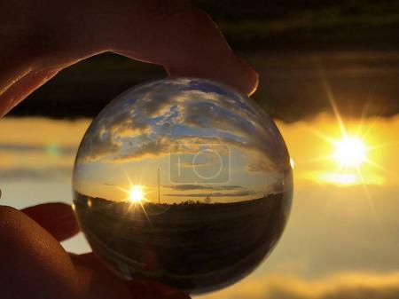 水晶球/环境概念中多云天气的日落反射