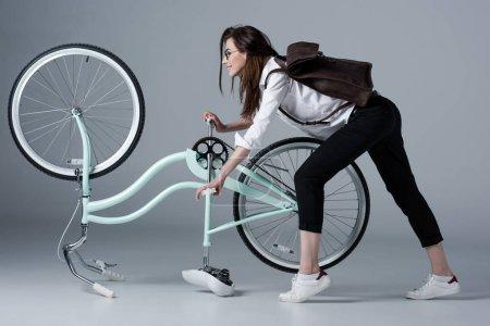 自行车的时髦女人