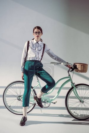 hipster woman with hipster bicycle_高清图片_邑石网