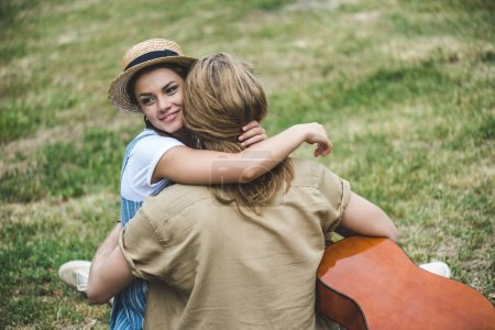 情侣在公园里弹吉他