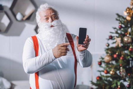 指着智能手机的圣诞老人