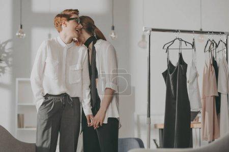 年轻时尚设计师女同性恋夫妇在办公室调情